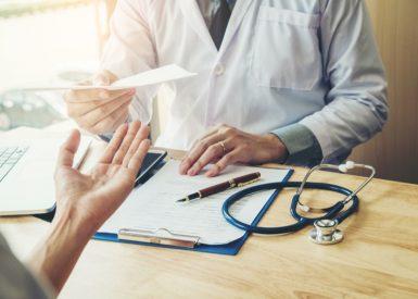 médico passando prescrição ao paciente