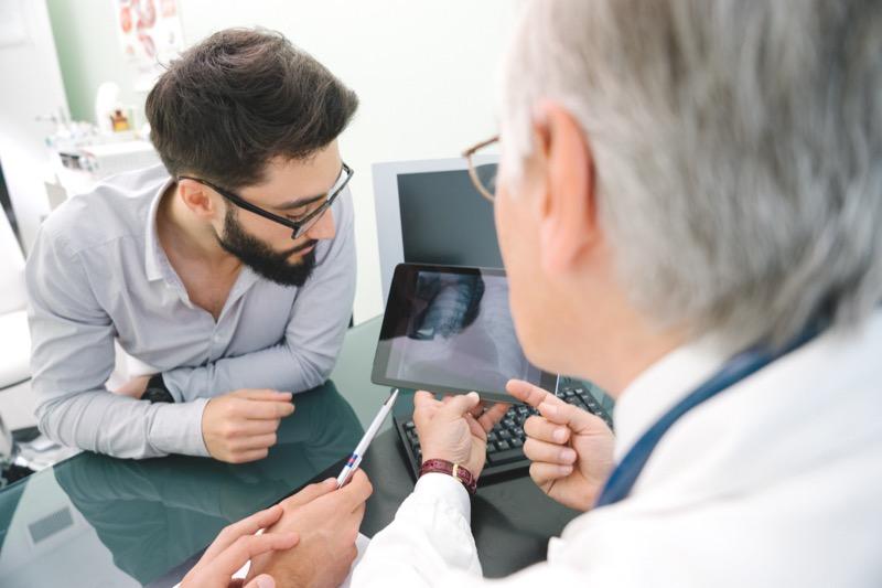 médico e paciente vendo raio-x